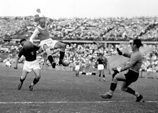 Wien, 28 giugno 1936, FK Austria vs Bologna A.G.C. Sindelar sfugge a Gasperi, Gianni in uscita. Il match terminò 4-0, con doppietta di Camilo Jerusalem e una rete a testa per Stroh e Sindelar. A nulla servì la vittoria rosso-blu al Littoriale per 2-1 [Maini, Schiavio, Viertl].