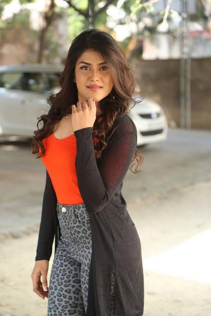 Naira Shah Stills At E Ee Movie Trailer Launch