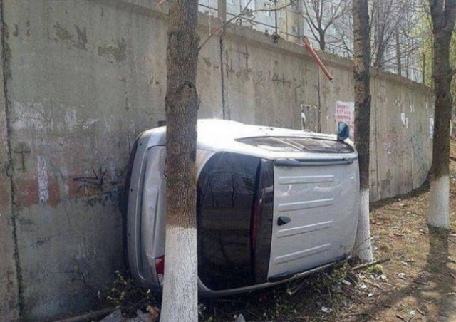 Ele tinha certeza de que seu carro se encaixaria entre as árvores