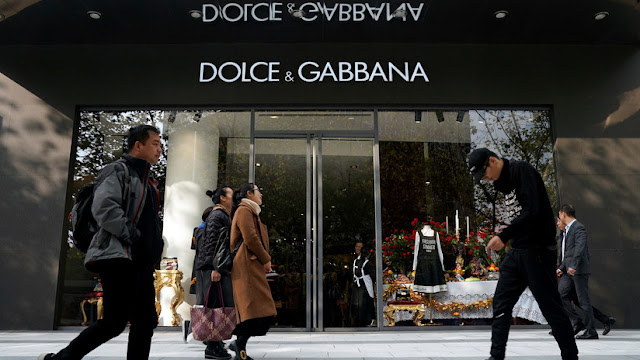 """Las tiendas chinas boicotean productos de Dolce & Gabbana tras el escándalo """"racista"""""""