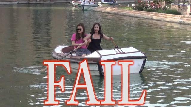 Δύο κοπέλες καβαλάνε μία βάρκα και προκαλούν ξεκαρδιστικό γέλιο (video)