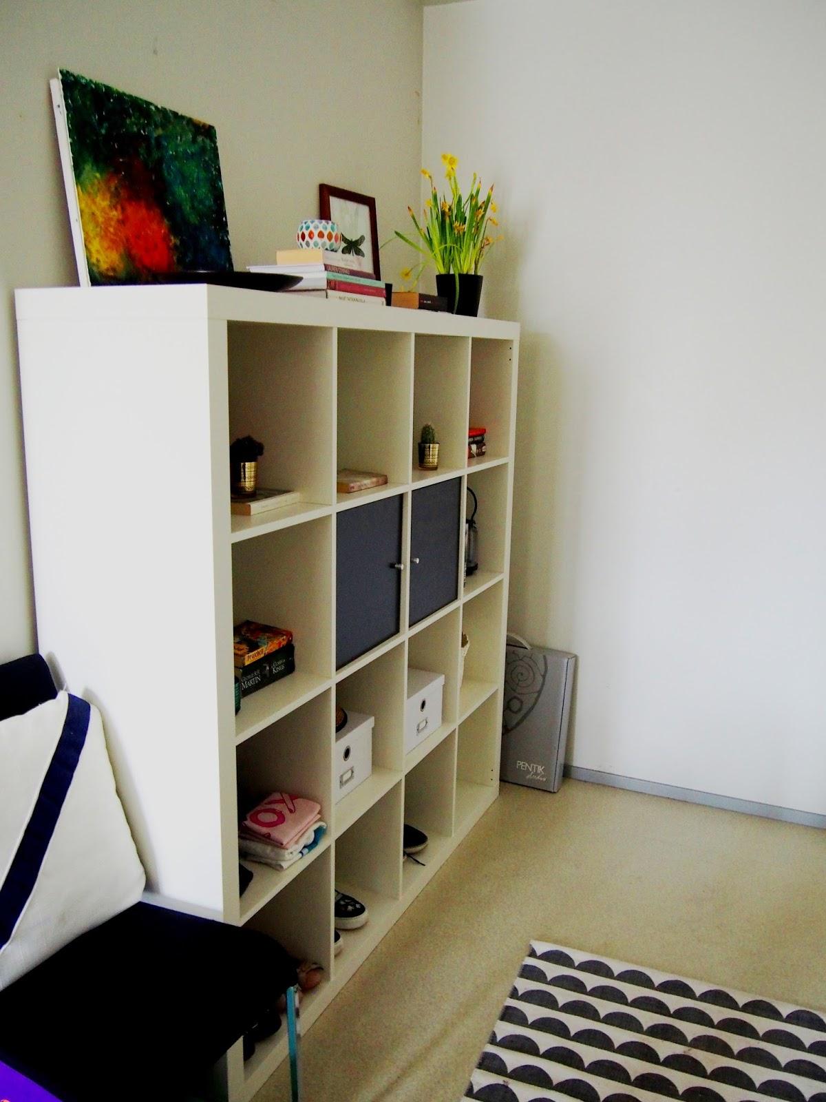 Hallway eteinen shelf hylly flower art books diy kirjat taide shoes organization