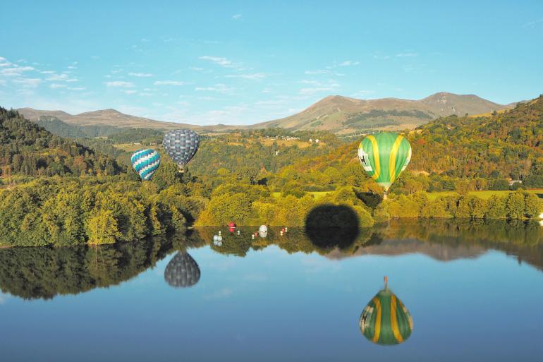 Baptême de vol en montgolfière au-dessus du lac Chambon dans le Sancy
