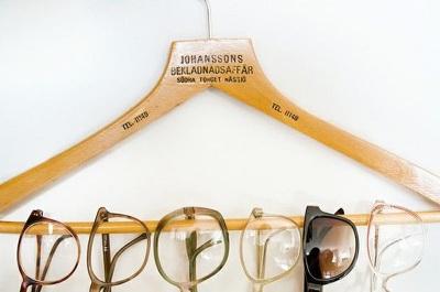 Gantung kacamata di hanger baju supaya tetap rapi