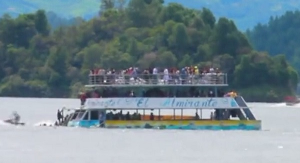 FLAGRANTE: Embarcação afunda com 170 pessoas a bordo, veja o vídeo
