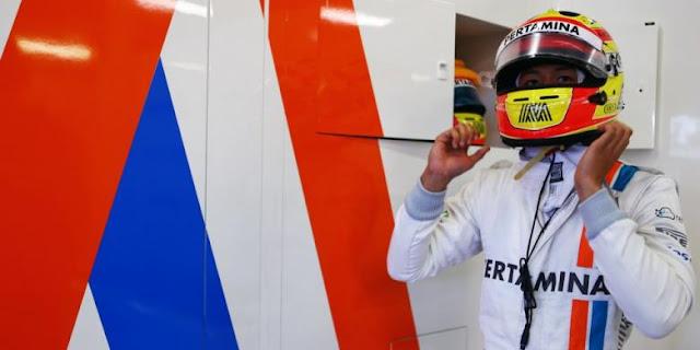 Pebalap Manor Racing asal Indonesia, Rio Haryanto, memakai helm sebelum turun pada GP Australia yang berlangsung di Sirkuit Melbourne Grand Prix, Albert Park, 17-20 Maret.