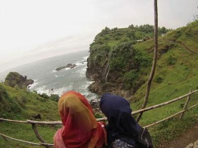 Ombak yang berdebur dan Bukit Pengilon yang hijau memiliki view yang sangat menarik