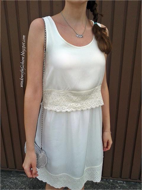 Pastelowo żółta sukienka z koronką, srebrna torebka na łańcuszku, naszyjnik z imieniem, bransoletka z kółeczkiem