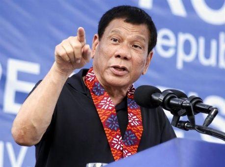 """Presidente filipino llama """"sinvergüenzas"""" a medios de su país"""