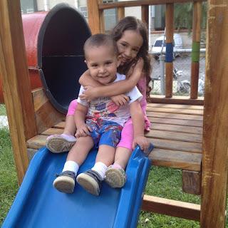 Sophia y Fabian abrazados en el Tobogan