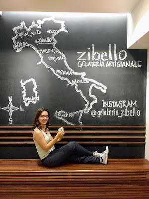 Mural na Gelateria Zibello com o mapa da Itália e suas principais cidades marcadas.