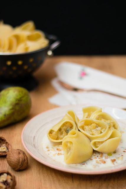 Pasta rellena de queso gorgonzola y pera con salsa de queso con nueces