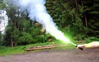 Elde yakılan yeşil parlak ışıklı ve dumanlı işaret fişeği