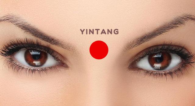 Masajea el punto entre las cejas durante 60 segundos. Aumenta el estado de ánimo