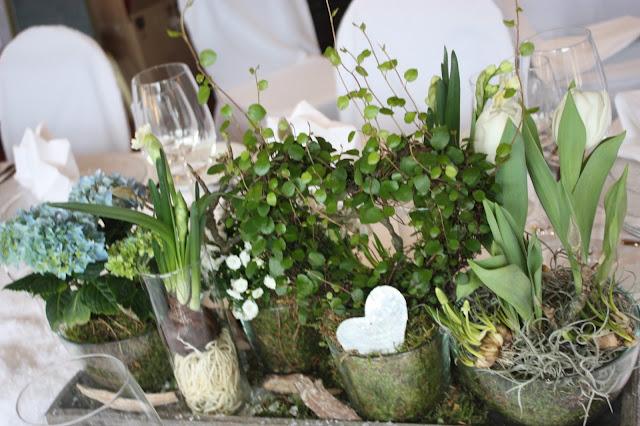 Tischdekoration center pieces, Eisblau und Leuchtrot, Winterhochzeit in den Bergen von Bayern, Riessersee Hochzeitshotel Garmisch-Partenkirchen, Winter wedding in Bavaria, Germany