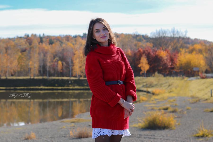swetrowa sukienka i miodowe kozaki