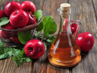 For the preparation of homemade apple vinegar you will need apples, which should be organic, unsprayed and sugar.