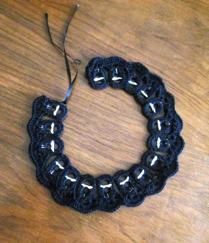 Collar con anillas de refresco y crochet