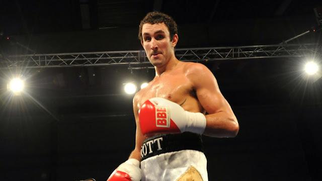 La trágica muerte de un boxeador británico: gana el combate, ofrece una entrevista y colapsa