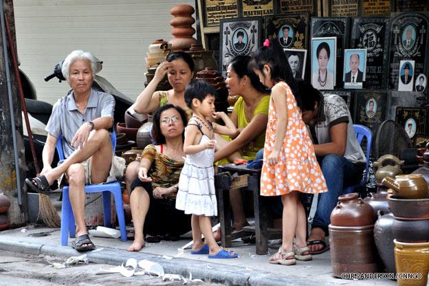 hanoi-street-family-vietnam