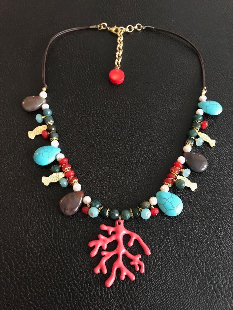 47cc97dfba54 Collar corto coral (rojo)  collar corto en dorado con colgante metálico en  forma de coral rojo