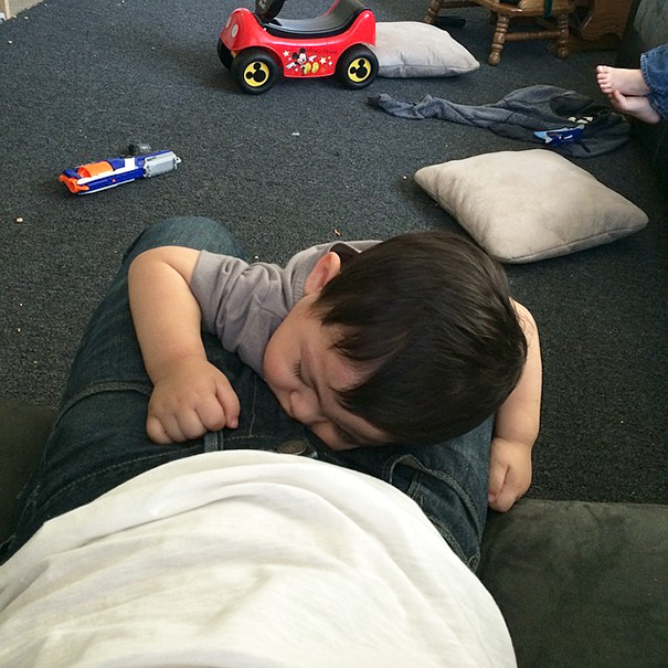 15+ Hilarious Pics That Prove Kids Can Sleep Anywhere - Perfect Place Take A Nap