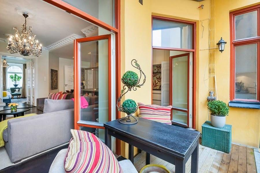 Apartament w Szwecji z kontrastową ścianą, wystrój wnętrz, wnętrza, urządzanie domu, dekoracje wnętrz, aranżacja wnętrz, inspiracje wnętrz,interior design , dom i wnętrze, aranżacja mieszkania, modne wnętrza, styl klasyczny, styl nowoczesny, ceglana ściana, ściana z cegły, balkon