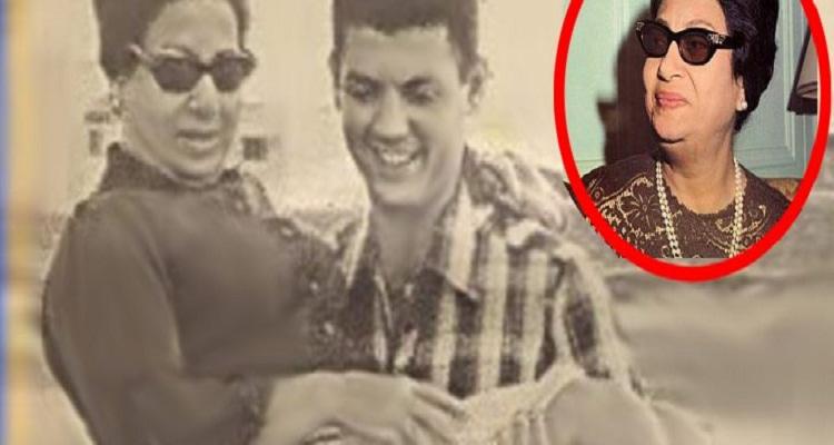 """من هو هذا الشاب الذي يحمل """"أم كلثوم"""" في هذه الصورة النادرة"""