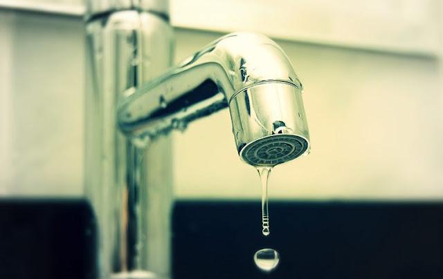 ◙|شاهد| طريقة إصلاح تسرب المياه من «الحنفية» في 10 دقائق: «مش هتحتاج سباك»