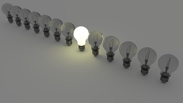 substituindo lâmpada comum pela lâmpada econômica.