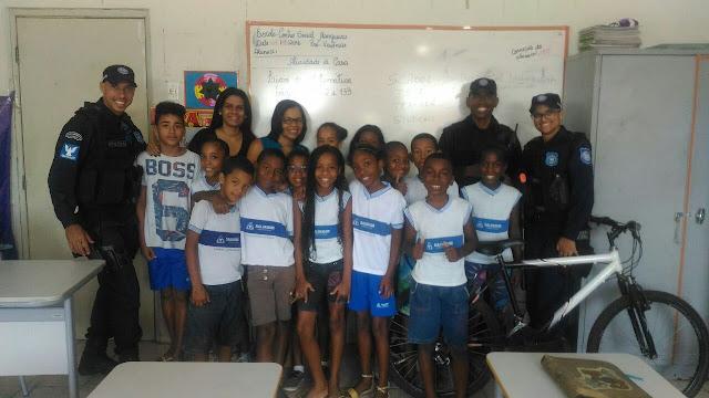 Policiais conhecem criança que sonha em ser Guarda Civil de Salvador (BA)