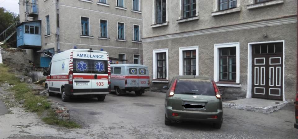 У Кременці одне авто заблокувало виїзд відразу двом «швидким»