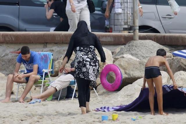 perempuan-muslim-mengenakan-pakaian-renang-tertutup-atau-burkini-di-_160825181234-674