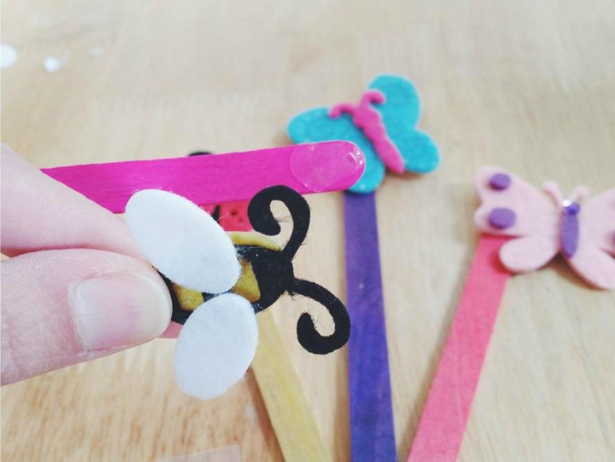 sticking-felt-bee-onto-lollipop-stick