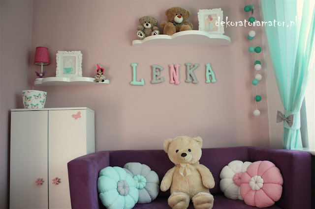 pokój dziewczynki pokój dziecięcy gilrs room kids room dekorator amator projekty wnętrz ikea styl pepco miętowe dodatki białe meble pompony tiulowe naklejki dekoracyjne