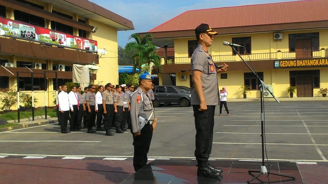 ULTIMATUM: Kapolrestabes Medan Kombes Pol Dadang Hartanto saat memberikan penghargaan.