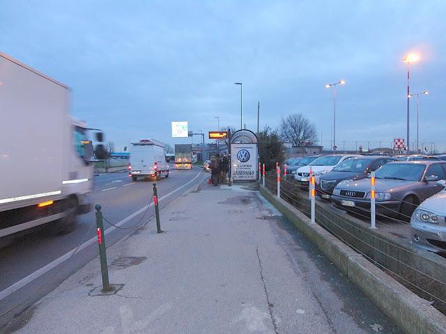 Stanoviště přímých busů do Benátek před letištní halou v Trevisu