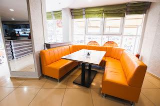 Удобные диваны в ресторане Седата Игдеджи