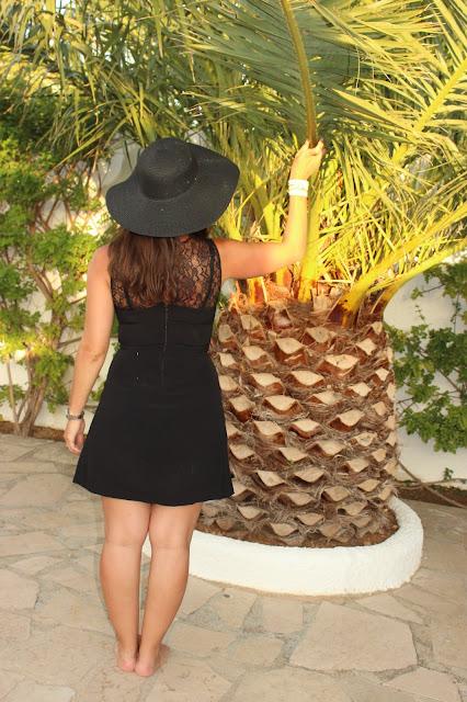 Palmier, look robe noire