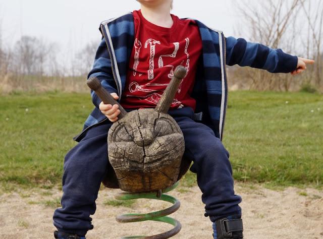 Kinder brauchen Abenteuer! Zwei spannende Abenteuer-Spielplätze in der näheren Umgebung von Kiel. Auf dem Kinderabenteuerland Wendtorf freuen sich die Kinder über Wipptiere aus Holz.