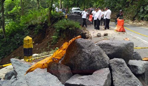 Plt Bupati dr. Buntaran meninjau lokasi longsor di jalur Piket Nol