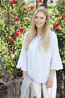 Sommer Outfit Ideen /  Sommertrends 2017 umsetzen , Trompetenärmel Glockenärmel , blau-weiße Bluse von Mango, weiße Hose kombinieren | deutscher Fashion- und Lifestyleblog aus Hessen