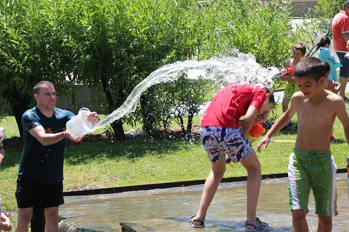 Guerra de agua en las fiestas de Desierto