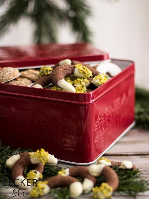 S, Lieblingsplätzchen, Kekse, Weihnachtskekse, Weihnachtsplätzchen, Weihnachten, Rezepte, Kekse, Rezept für Kekse, Christmas Cookies, Cookies, Foodblogger, Tina Kollmann, LECKER&Co, leckerundco, Lecker und co, Foodblog, Blog Rezept, Keks Rezept, Plätzchen Rezept, Christmasplätzchen, lecker, fein, leichtes Rezept, Zitronenplätzchen, Mamas Plätzchen, backen, Tchibo, Backen mit Tchibo, Zimt, Schokolade, Pistazien, weiße Schokolade, Kipferl, Kipfel, Orientalische Plätzchen, Orientalisch rezept, Orient, Gebäck Orientalisch, Kardamom, Schokokipferl, Schokoladenplätzchen