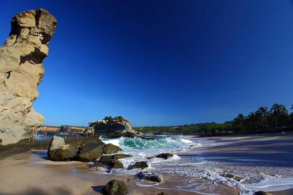 Tebing-dan-Bebatuan-di-Pantai-Klayar
