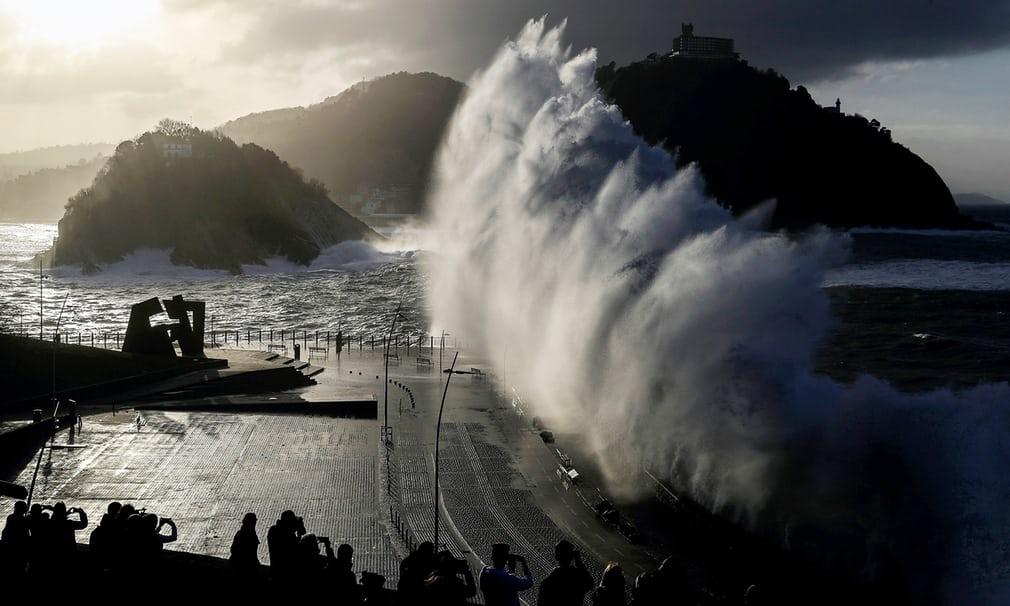 Величезна хвиля падає на нову набережну міста Сан-Себастьян.