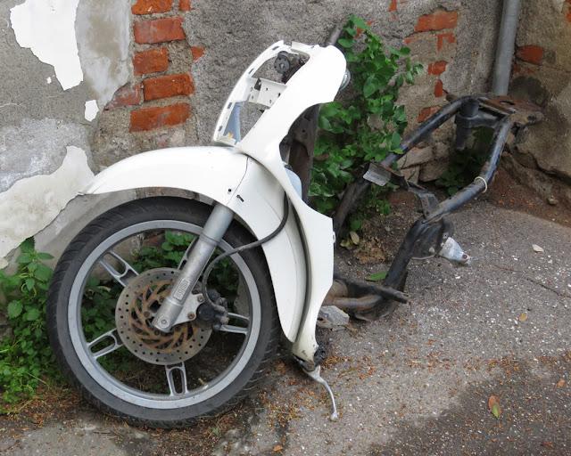 Once We Were Scooters, installation art in Via Pirandello, Livorno