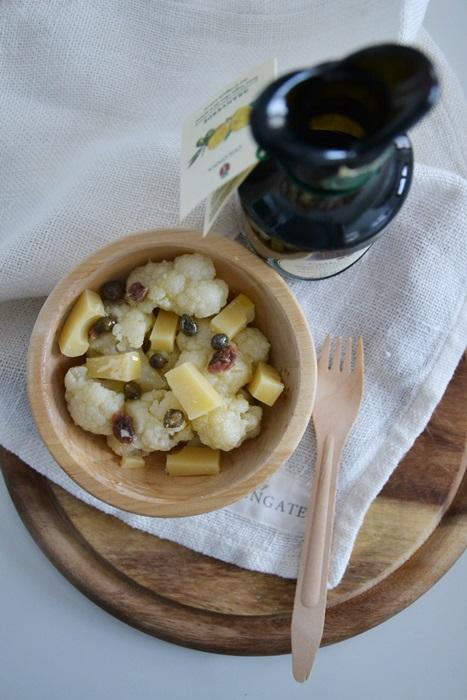 insalata di cavolfiore, emmenthal, acciughe e capperi all'olio al limone