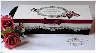 Drewniana skrzynka na wino.Print room i  bordowe róże.Decoupage.