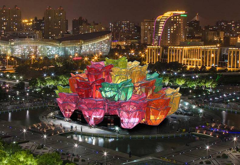 Pabellón construido como un camaleónico bouquet de rosas